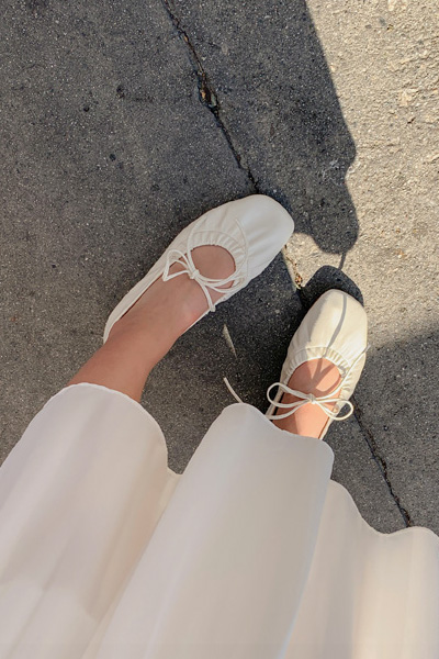 Low string flat shoes