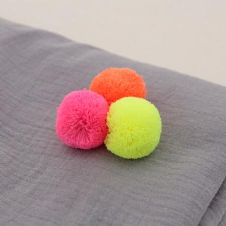 荧光色pom pom的正面3厘米有3种类型